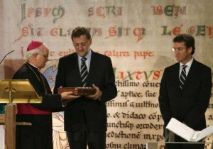 Rajoy entrega el Códice Calixtino al arzobispo de Santiago