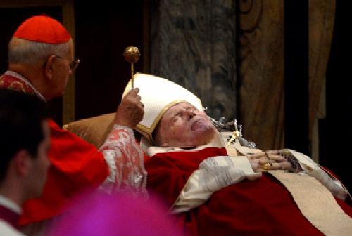 Plegaria ante el Papa yacente