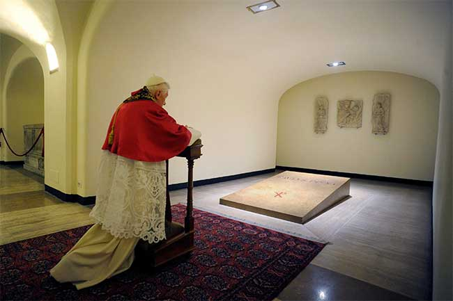 benedicto-XVI-visita-tumba-papa