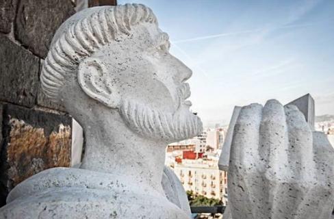 escultura de san Bernardo en el ábside de la Sagrada Familia