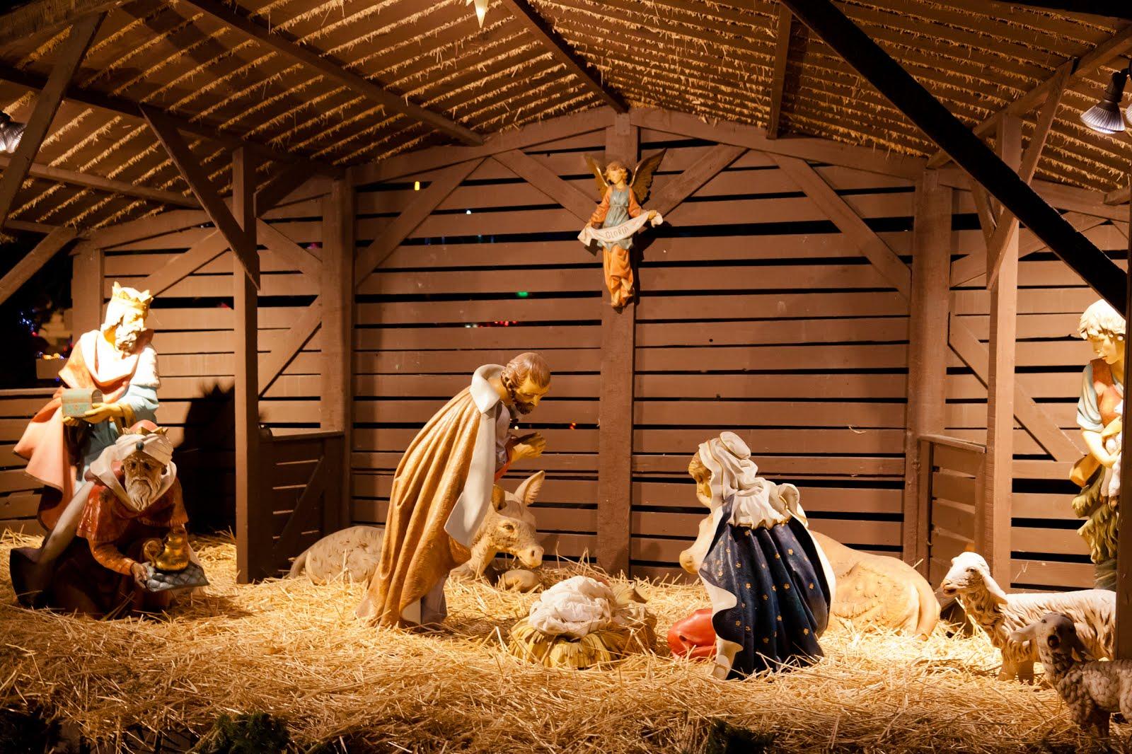Nacimiento-de-Jesus-en-el-pesebre-con-Maria-y-Jose-en-Navidad