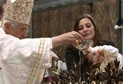Benedicto XVI bautizando