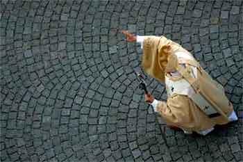 benedicto-XVI-camina