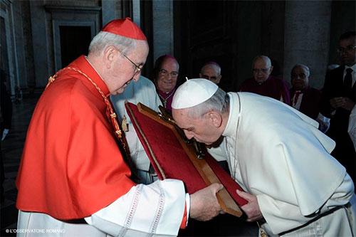 papa-francisco-besa-cruz