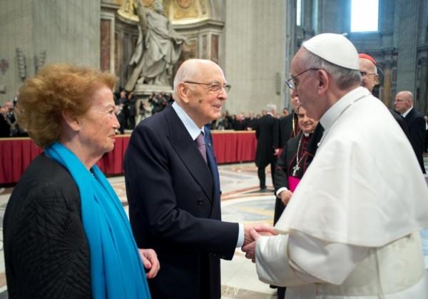 papa-francisco-saludando-a-giorgio-napolitano-y-su-mujer-clio