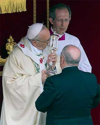 papa-francisco-besa-reliquia