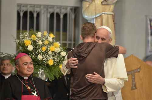 papa-francisco-abrazo-franciscano