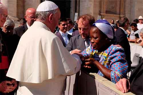 Papa-Francisco-recibe-a-sor-Angélique-Namaika