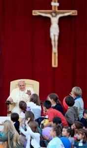 papa francisco cruz niños 176x300 En español, el discurso del Papa Francisco en la fiesta de las familias