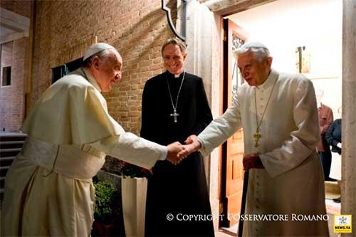 benedicto-XVI-y-el-papa-francisco