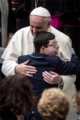 papa-francisco-abrazo-niño