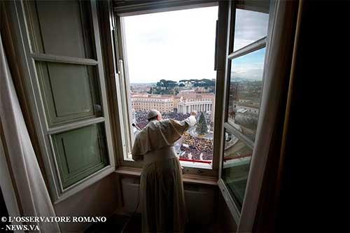 papa-francisco-saluda-balcon