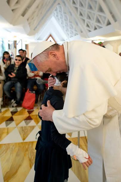 papa francisco niño enfermo