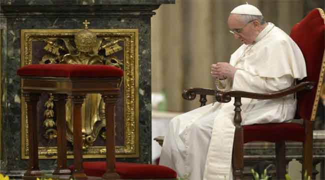 papa-reza-rosario