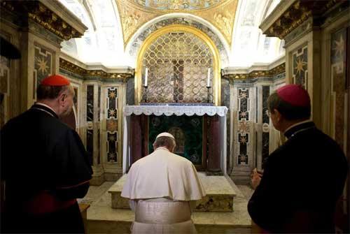 papa-francisco-tumba-san-pedro-reza-ora