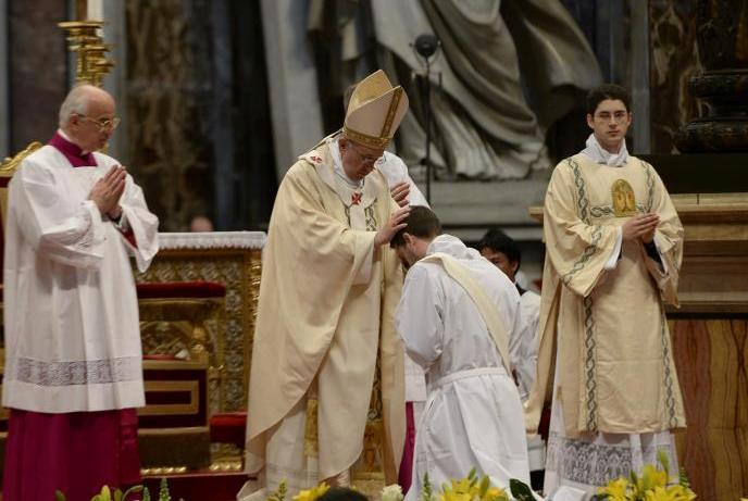 francisco ordena sacerdotes
