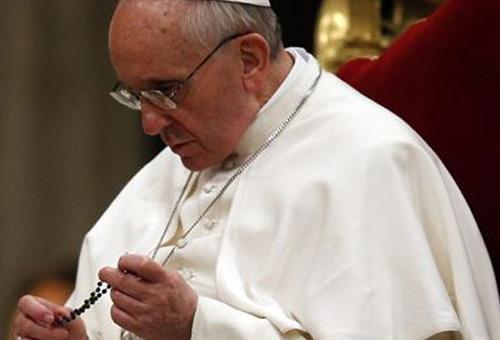 papa reza rosario