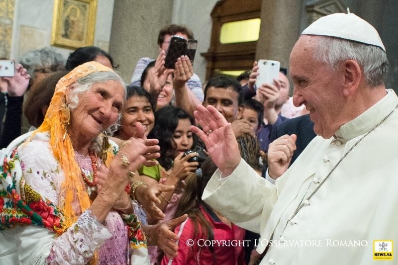 papa francisco anciana