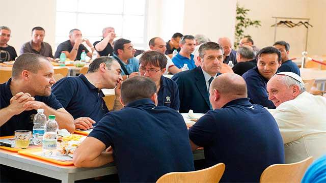 papa-francisco-come-con-trabajadores