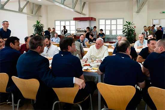 papa-francisco-comparte-mesa
