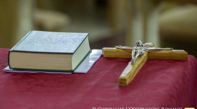 Biblia y Crucifijo