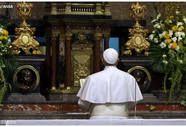 Papa-Francisco-rezando