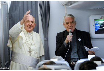 Papa-Francisco-Avion-Lombardi