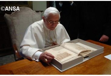Benedicto XVI-leyendo