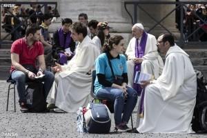 Papa-Francisco-confesando-jovenes2