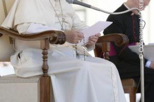 Papa-Francisco-hablando-sentado