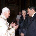 VAT52 CIUDAD DEL VATICANO (VATICANO) 11/10/2009.- El papa Benedicto XVI (i) saluda al primer ministro francés Francois Fillon (d) durante la ceremonia de canonización de cinco nuevos santos, procedentes de cuatro países, en la Basílica de San Pedro, en el Vaticano, hoy 11 de octubre de 2009. Benedicto XVI proclamó hoy en el Vaticano cinco nuevos santos, entre ellos Francisco Coll y Guitart (1812-1875) y Rafael Arnáiz Barón (1911-1938), los dos primeros españoles que eleva a la gloria de los altares y al culto universal en su Pontificado. EFE/L'Osservatore Romano POOL