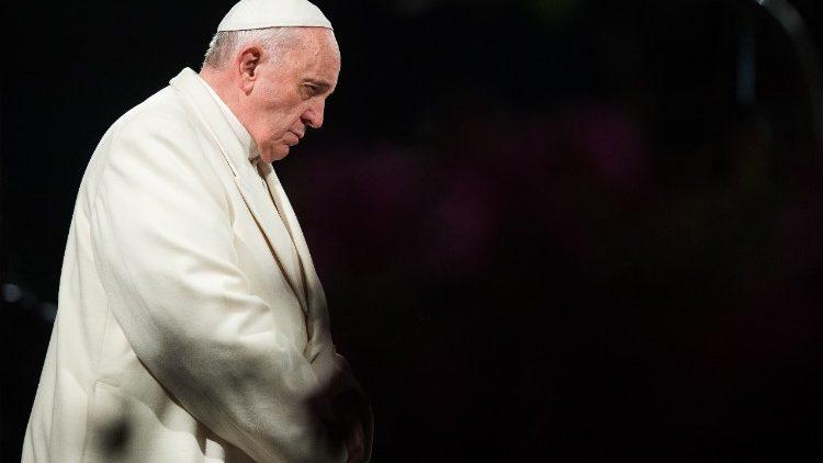 https://www.revistaecclesia.com/wp-content/uploads/2018/04/Papa-Francisco-reza.jpg