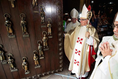 GRAF9886. POTES, 22/04/2018.- El obispo de Santander, Manuel Sánchez Monge (c), durante la ceremonia en la que han cerrado la Puerta del Perdón poniendo fin al Año Santo Lebaniego en el que cerca de un millón de peregrinos han pasado por ella, hoy en el Monasterio de Santo Toribio de Liébana, en la localidad cántabra de Potes. EFE/Pedro Puente Hoyos ***POOL***