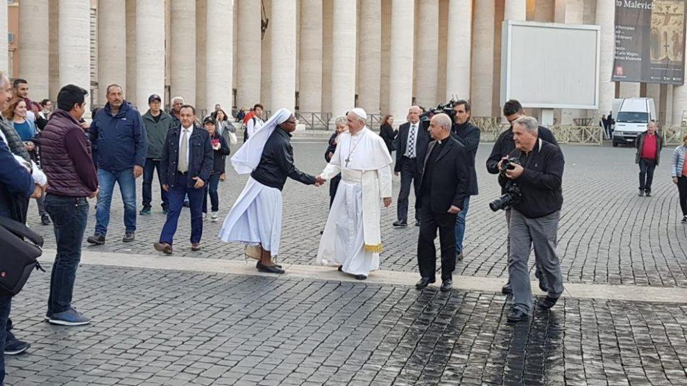 El Papa Francisco visita el hospital de campaña de la plaza vaticana