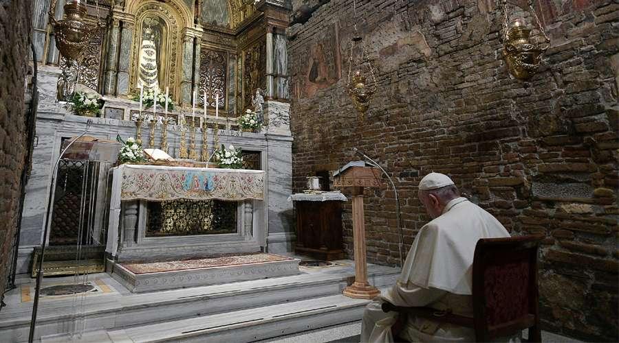 Francisco Emociona Con Su Silenciosa Oración Ante La Virgen De Loreto