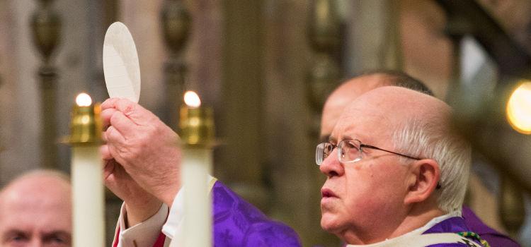 El arzobispo de Santiago consuela a la familia de las tres mujeres asesinadas en Valga