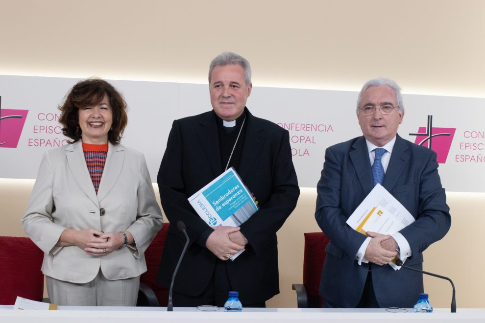 De izquierda a derecha: Encarna Pérez, mons. Mario Iceta, y Jacinto Batiz