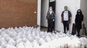 Nicolás Castellanos con bolsas de comida para ayudar frente al COVID