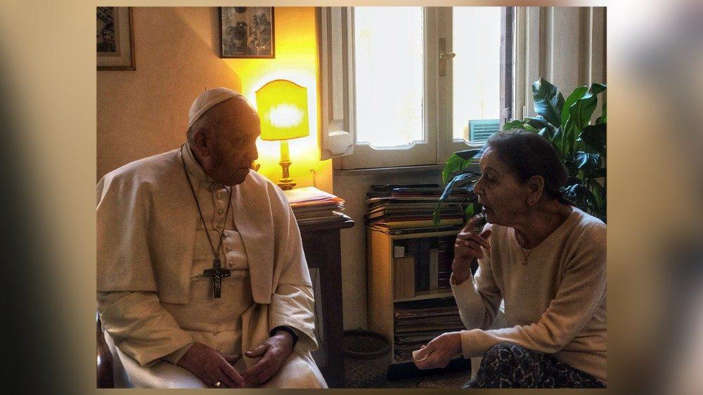 El Papa Francisco y Edith Bruck en la casa de la escritora