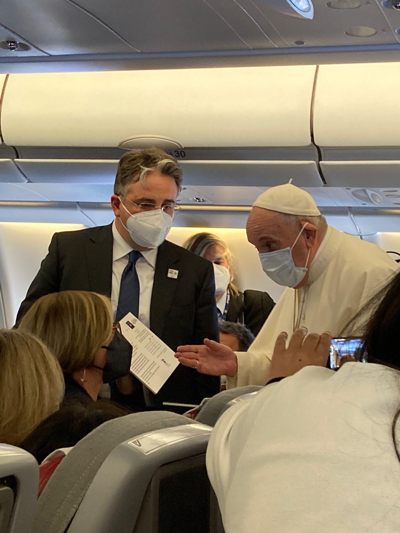 Francisco recibe un documento del impuesto yihadista que el ISIS exigió a los cristianos de Irak