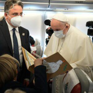 El Papa a los periodistas: «El viaje a Irak es un deber hacia una tierra torturada durante tantos años»