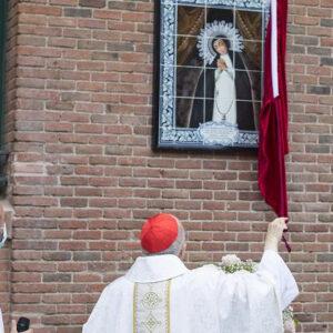 El cardenal Osoro bendice el nuevo mosaico de la Virgen de la Paloma en la calle
