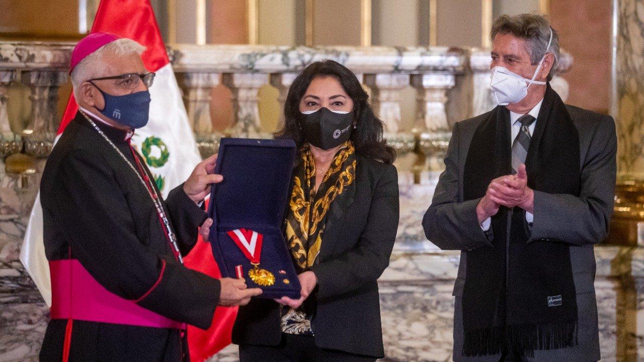 El gobierno peruano premia al arzobispo Miguel Cabrejos por el programa «Respira Perú»